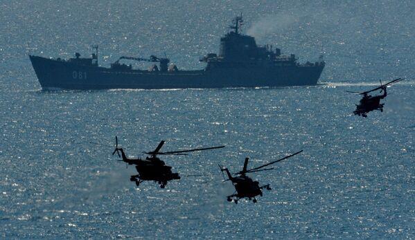Wielki okręt desantowy Nikołaj Wiłkow i śmigłowce Mi-8AMTSz - Sputnik Polska