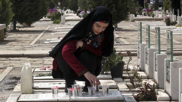 Dziewczyny na cmentarzu Behesht-e Zahra w Teheranie, Iran - Sputnik Polska