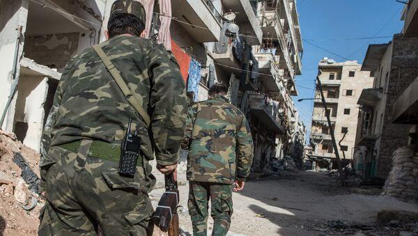 Wojskowi syryjskiej armii w dzielnicy mieszkalnej w mieście Aleppo - Sputnik Polska