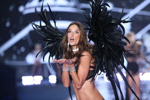 Brazylijska supermodelka Alessandra Ambrosio na show Victoria's Secret w Londynie - Sputnik Polska
