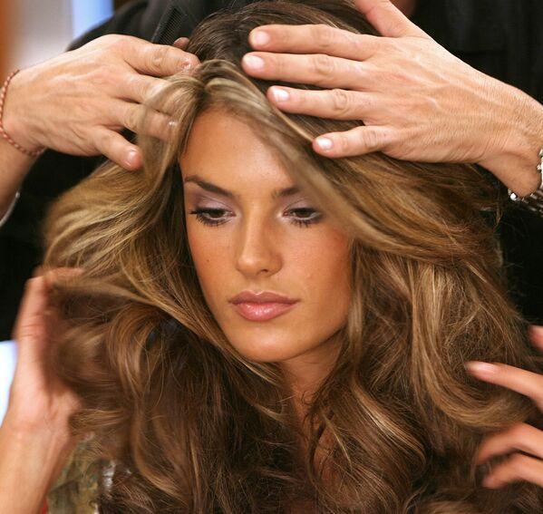 Modelka Alessandra Ambrosio w garderobie przed rozpoczęciem show Victoria's Secret Fashion Show w Hollywoodzie - Sputnik Polska