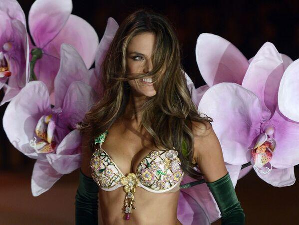 Modelka Alessandra Ambrosio na pokazie Victoria's Secret - Sputnik Polska