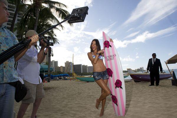 Modelka Alessandra Ambrosio na plaży z deską surfingową z logo Victoria's Secret - Sputnik Polska
