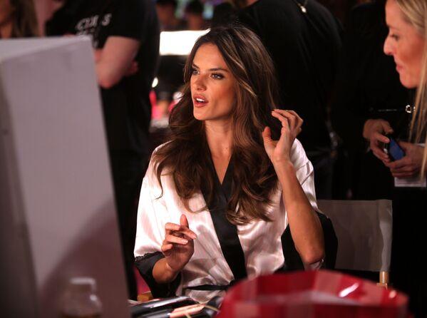 Modelka Alessandra Ambrosio za kulisami pokazu Victoria's Secret - Sputnik Polska