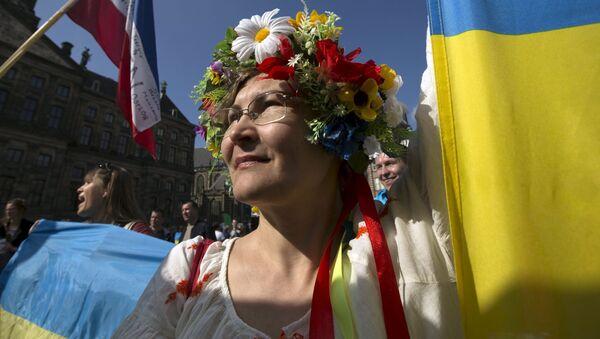 Kobieta w ukraińskim stroju ludowym w Amsterdamie - Sputnik Polska
