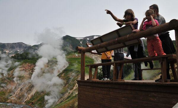 Turyści na placu widokowym w Dolinie Gejzerów w Rezerwacie Kronockim na Kamczatce - Sputnik Polska