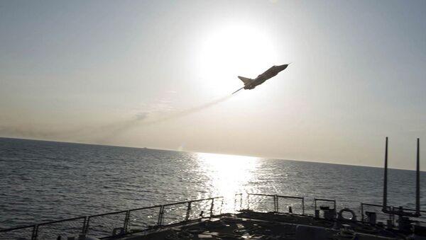 Samolot wojskowy Su-24 nad niszczycielem USA Donald Cook - Sputnik Polska