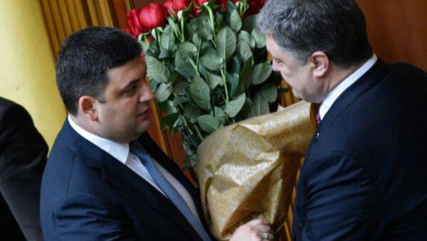 Premier Ukrainy Wołodymyr Hrojsman odbiera gratulacje od prezydenta Ukrainy Petra Poroszenki - Sputnik Polska