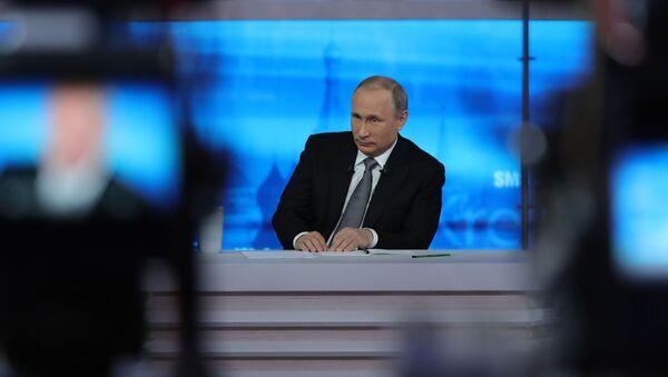 Prezydent Rosji Władimir Putin podczas gorącej linii - Sputnik Polska