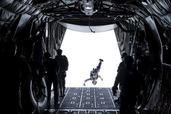 Żołnierz podczas skoku ze spadochronem, Indonezja - Sputnik Polska