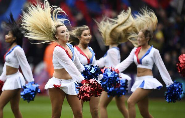 Cheerleaderki podczas meczu piłkarskiego - Sputnik Polska