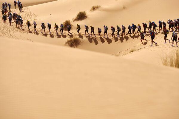 Zawodnicy maratonu na marokańskiej części pustyni Sahara - Sputnik Polska