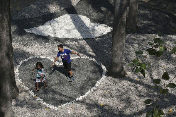 Dzieci bawią się w cieniu drzew, Makati, Filipiny - Sputnik Polska