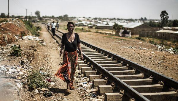 Zambijska kobieta idzie wzdłuż torów - Sputnik Polska