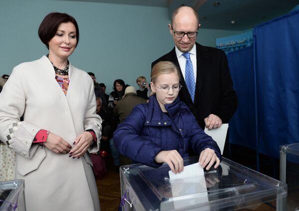 Premier Ukrainy Arsenij Jaceniuk z żoną Terezią i córką Sofią głosują na przedterminowych wyborach deputowanych do parlamentu Ukrainy - Sputnik Polska