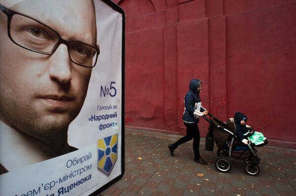 Propagandowy plakat z wizerunkiem Premiera Ukrainy Arsenija Jaceniuka na jednej z ulic Kijowa - Sputnik Polska
