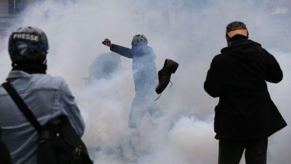 Starcia paryskiej policji z protestującymi - Sputnik Polska