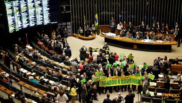 Deputowani popierający impeachment prezydent Dilmy Rousseff w Kongresie Narodowym Brazylii - Sputnik Polska