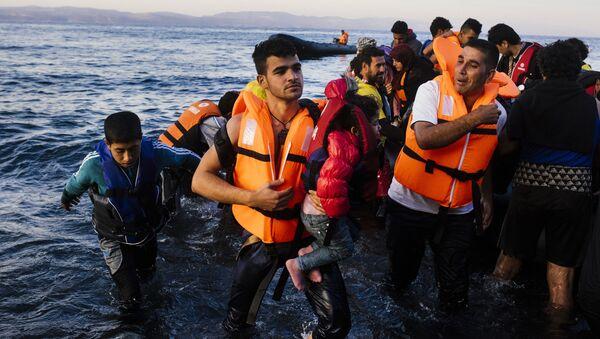 Imigranci z Bliskiego Wschodu wychodzący na brzeg greckiej wyspy Lesbos - Sputnik Polska