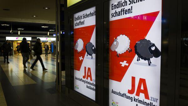 Postery skrajnie prawicowej szwajcarskiej partii SVP - Sputnik Polska