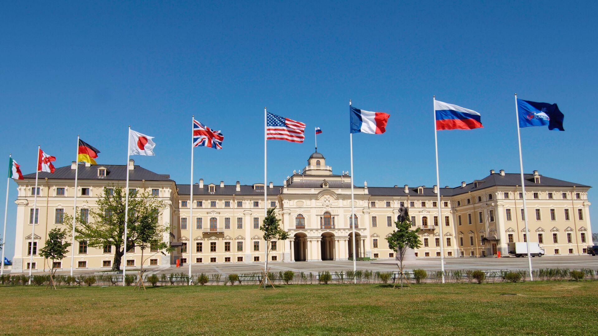 Flagi państw członkowskich G8 przed Pałacem Konstantinowskim pod Petersburgiem - Sputnik Polska, 1920, 05.09.2021
