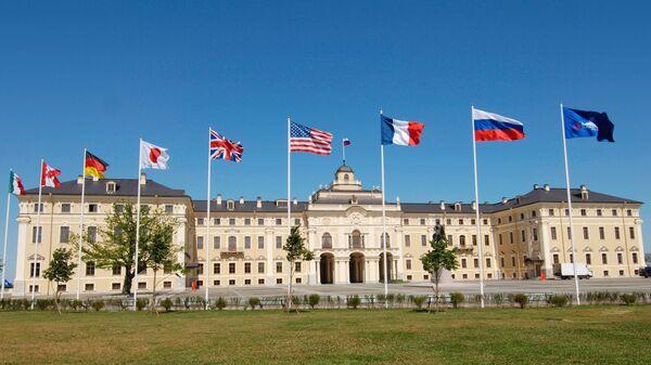 Flagi państw członkowskich G8 przed Pałacem Konstantinowskim pod Petersburgiem - Sputnik Polska