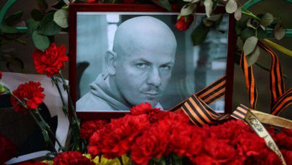 Kwiaty i znicze przed ambasadą Ukrainy w Moskwie na znak pamięci o Olesiu Buzinie - Sputnik Polska