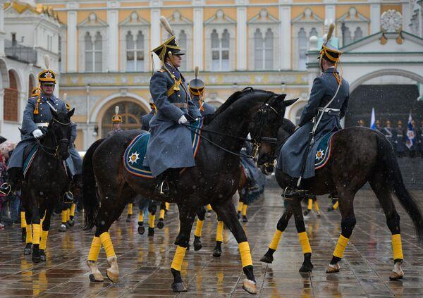 Ceremonia zmiany pieszej i konnej warty Pułku Prezydenckiego - Sputnik Polska