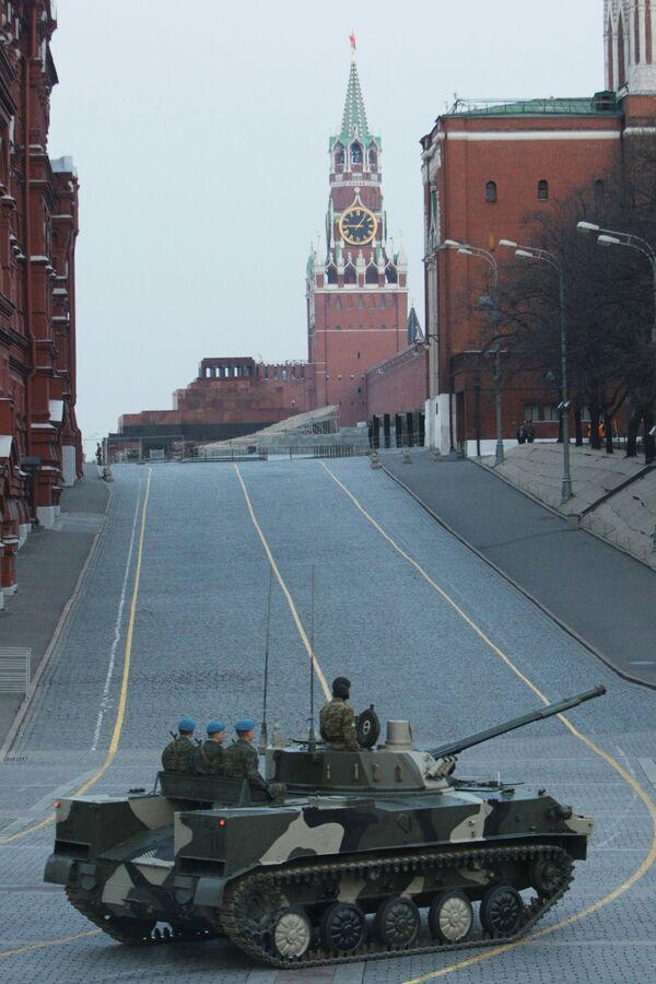 Bojowy wóz piechoty BMD-4 podczas próby parady wojskowej w Moskwie - Sputnik Polska