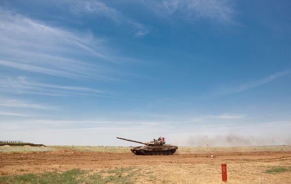 Czołg T-72B3 podczas zawodów z biathlonu czołgowego - Sputnik Polska