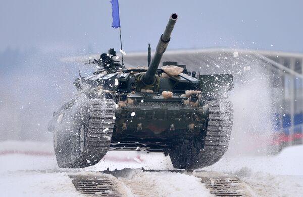 Czołg T-72 podczas zawodów z biathlonu czołgowego w obwodzie moskiewskim - Sputnik Polska
