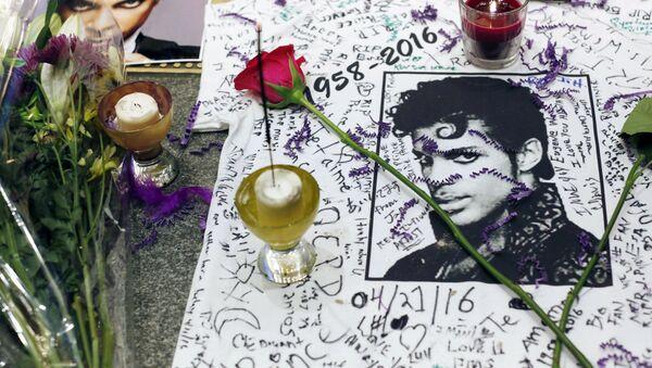 Plakaty z wizerunkiem zmarłego muzyka Prince'a w prowizorycznym miejscu pamięci w Harlemie - Sputnik Polska