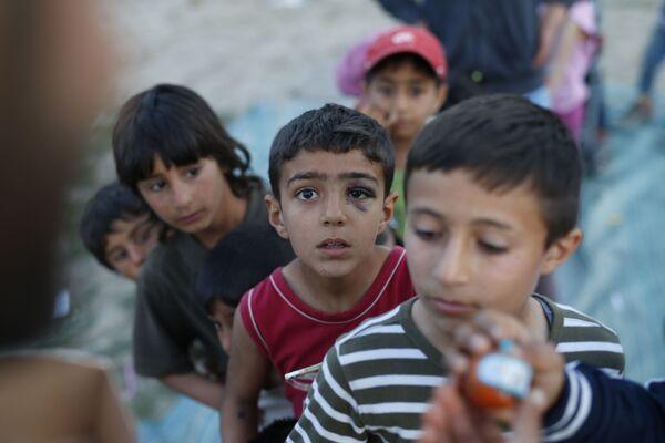 Dzieci imigrantów w kolejce po zabawki w greckim obozie uchodźców - Sputnik Polska
