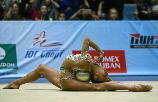 Aleksandra Sołdatowa podczas zawodów w gimnastyce artystycznej w Soczi - Sputnik Polska