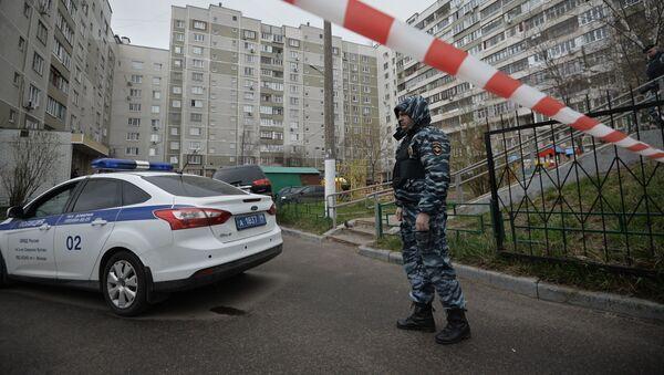 Pracownik organów porządkowych przy moskiewskim bloku, w którym znaleziono skład amunicji i broni - Sputnik Polska