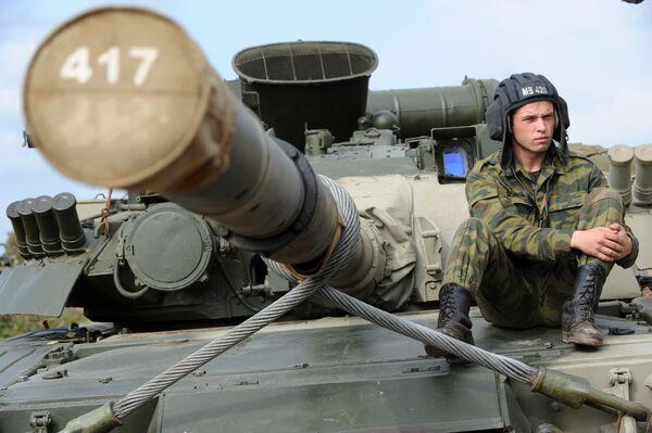 Czołgista na czołgu T-80 - Sputnik Polska