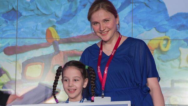 "Finalista konkursu ""Doodle Google"" Anna Fagina i artystka Google Hélène Leroux - Sputnik Polska"