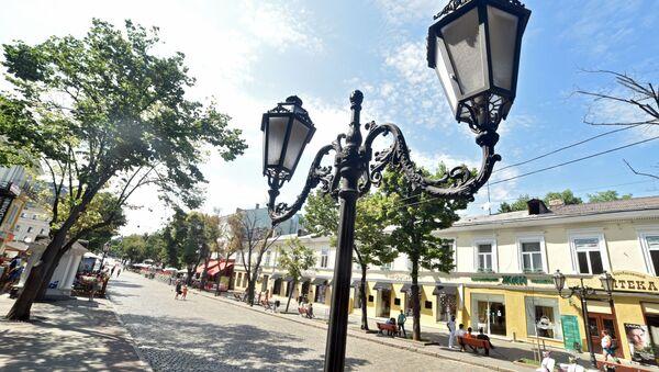 Uliczne lampy przy ulicy Deribasowskiej w Odessie - Sputnik Polska