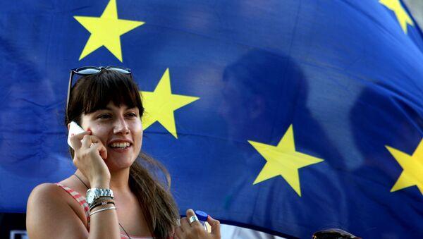 Greczynka na tle flagi UE - Sputnik Polska