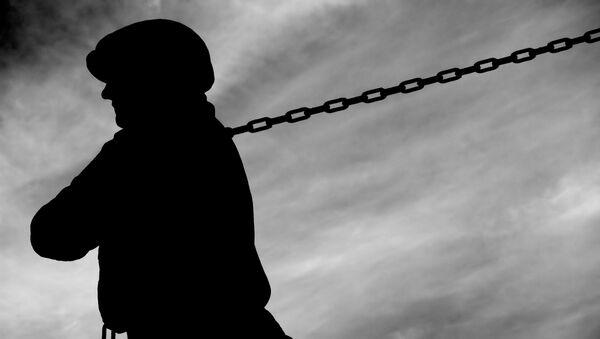 Sylwetka pracownika ciągnącego ciężki łańcuch - Sputnik Polska