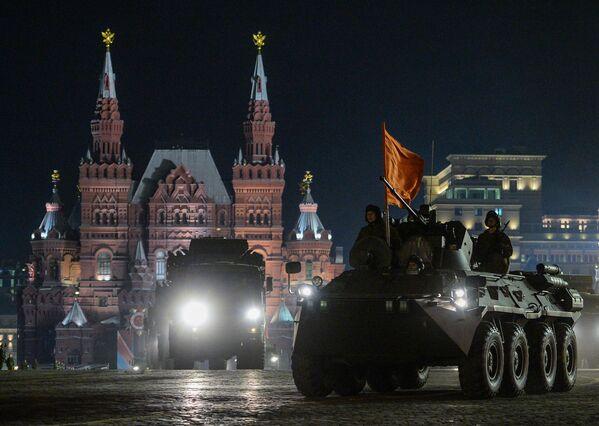 Transporter opancerzony BTR-82A podczas nocnej próby parady wojskowej na Placu Czerwonym. - Sputnik Polska