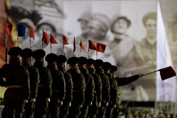 Żołnierze podczas nocnej próby parady przed Dniem Zwycięstwa. - Sputnik Polska