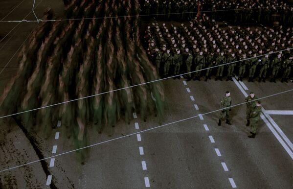 Nocna próba parady wojskowej z okazji 71. rocznicy Dnia Zwycięstwa w Wielkiej Wojnie Ojczyźnianej na Placu Czerwonym w Moskwie. - Sputnik Polska