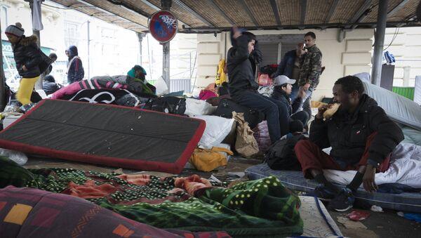 Miasteczko namiotowe imigrantów niedaleko metra Stalingrad w Paryżu - Sputnik Polska