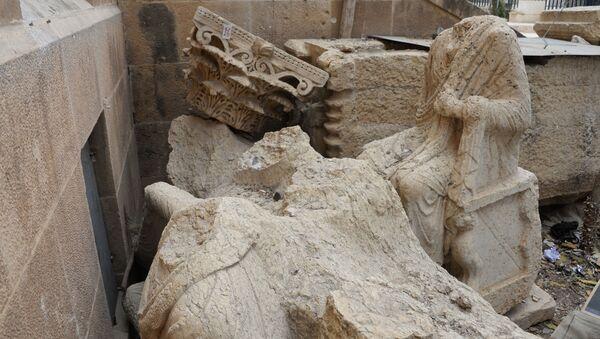 Uszkodzone eksponaty na podwórku Muzeum Narodowego w Palmyrze - Sputnik Polska