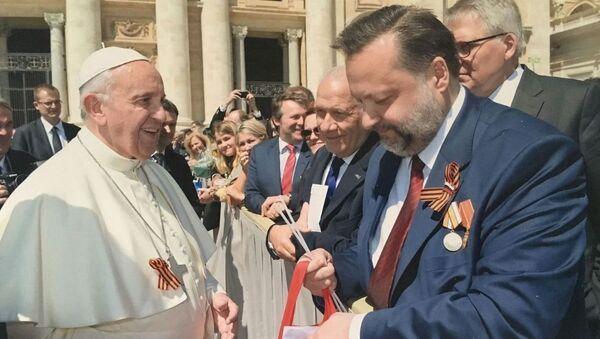 Papież Franciszek  ze wstążką św. Jerzego - Sputnik Polska