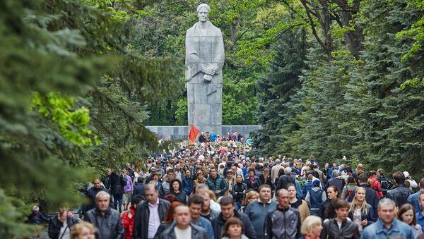 Mieszkańcy miasta przy Memoriale Sławy w Charkowie - Sputnik Polska
