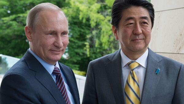 Prezydent Rosji Władimir Putin i premier Japonii Shinzo Abe w rezydencji Boczarow ruczej - Sputnik Polska