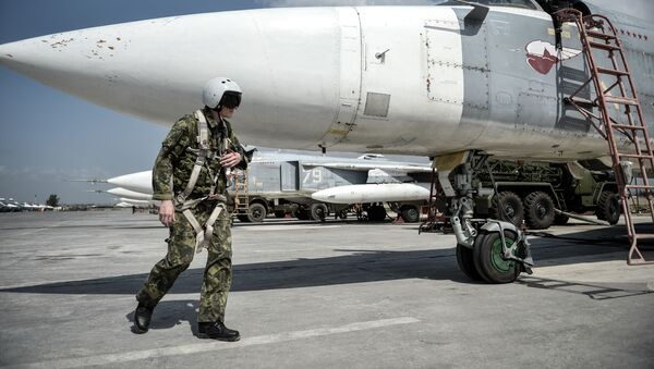 Pilot rosyjskiego frontowego samolotu bombowego Su-24 przygotowuje się do startu z bazy lotniczej Hmeimim w syryjskiej prowincji Latakia - Sputnik Polska