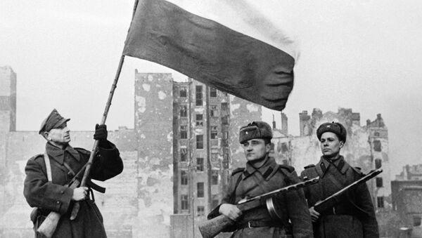 Wyzwolenie Warszawy. Radzieccy żołnierze oraz żołnierz Wojska Polskiego z polską flagą - Sputnik Polska